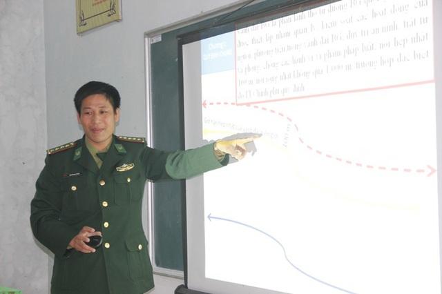 Đại úy Thánh phổ biến kiến thức cho học sinh về pháp luật biên giới