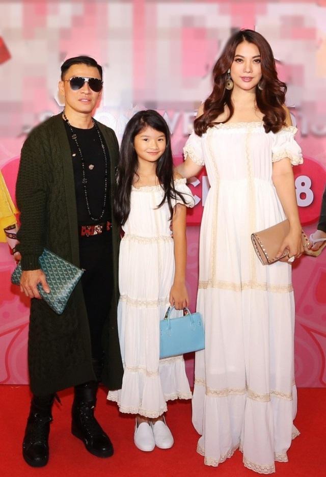 Sau một thời gian, Trương Ngọc Ánh đã dần bình tâm trở lại với cuộc sống thường nhật. Tất bật với nhiều dự án nghệ thuật, Trương Ngọc Ánh vẫn dành thời gian để dẫn con gái đến dự Asian Kids Festival. Nữ diễn viên Hương ga trẻ trung với đầm trắng.