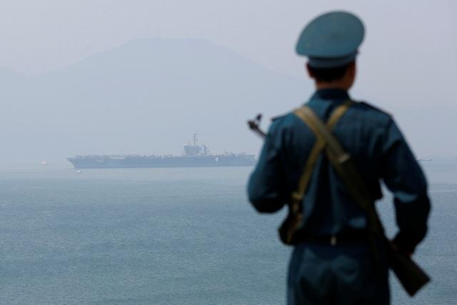 Chuyến thăm nhằm thực hiện thoả thuận của Tổng thống Mỹ Donald Trump trong chuyến thăm cấp Nhà nước tới Việt Nam hồi tháng 11/2017. Trong ảnh: Tàu sân bay USS Carl Vinson cập cảng Tiên Sa, thành phố Đà Nẵng sáng 5/3. (Ảnh: Reuters)