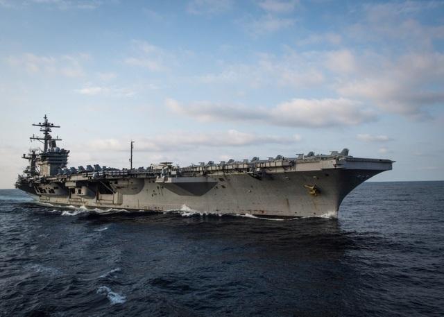 Nhóm tàu Hải quân Mỹ do tàu sân bay USS Carl Vinson dẫn đầu sáng nay 5/3 đã cập cảng Tiên Sa, thành phố Đà Nẵng, bắt đầu chuyến thăm kéo dài đến ngày 9/3. Hỗ trợ hậu cần cho tàu sân bay này là máy bay vận tải C-2A Greyhound.