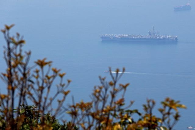 """AFP viết: """"Mặc dù tàu hải quân Mỹ từng cập cảng tại Việt Nam, nhưng đây là lần đầu tiên một tàu sân bay của Mỹ cập cảng Việt Nam"""". Trong ảnh: Tàu sân bay USS Carl Vinson cập cảng Tiên Sa, thành phố Đà Nẵng sáng 5/3. (Ảnh: Reuters)"""