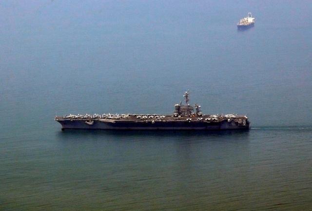 Hộ tống tàu sân bay USS Carl Vinson trong chuyến thăm này còn có tàu tuần dương USS Lake Champlain và tàu khu trục USS Wayne E. Meyer. Trong ảnh: Tàu sân bay USS Carl Vinson cập cảng Tiên Sa, thành phố Đà Nẵng sáng 5/3. (Ảnh: Reuters)