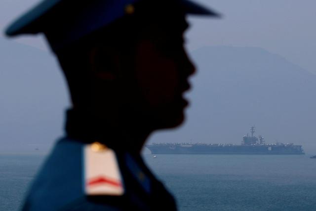 Trong khuôn khổ chuyến thăm, các binh sĩ thuộc nhóm tàu USS Carl Vinson của Mỹ sẽ giao lưu bóng đã, bóng rổ với người dân địa phương, tổ chức các chương trình văn nghệ và thăm Trung tâm bảo trợ xã hội, AFP cho biết. Trong ảnh: Tàu sân bay USS Carl Vinson cập cảng Tiên Sa, thành phố Đà Nẵng sáng 5/3. (Ảnh: Reuters)