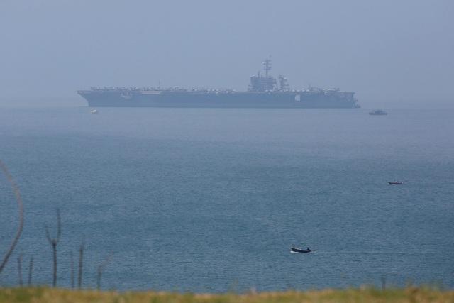 """AFP cũng trích lời Người phát ngôn Bộ Ngoại giao Việt Nam Lê Thị Thu Hằng rằng, chuyến thăm của nhóm tàu hải quân Mỹ sẽ """"đóng góp vào việc duy trì hòa bình, ổn định, an ninh và hợp tác ở khu vực"""". Trong ảnh: Tàu sân bay USS Carl Vinson cập cảng Tiên Sa, thành phố Đà Nẵng sáng 5/3. (Ảnh: Reuters)"""