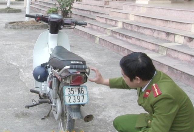 Chiếc xe máy các đối tượng tự đập vỡ đèn để vu vạ, ép đền bù.