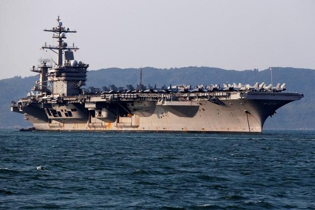 Tàu sân bay USS Carl Vinson neo tại cảng Tiên Sa, Đà Nẵng trong chuyến thăm Việt Nam từ ngày 5-9/3. (Ảnh: Reuters)