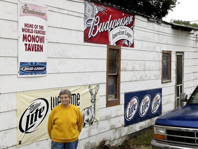 Bà Eiler trước cửa quán bar gia đình