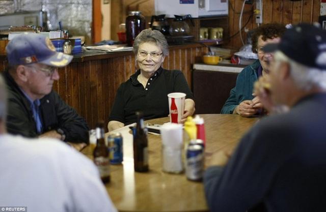 Bà ngồi trò chuyện với khách hàng thân thiết ở quán bar gia đình