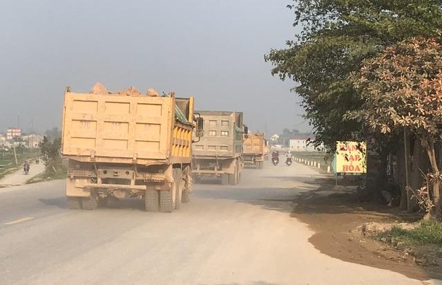 Trong thời gian gần đây, PV Dân trí tại địa bàn tỉnh Nghệ An nhận được phản ánh của người dân tại xã Hưng Tây, huyện Hưng Nguyên về tình trạng xe tải chở đất hoạt động rầm rộ khiến cuộc sống của người dân ở đây bị đảo lộn vì bụi, tiếng ồn.