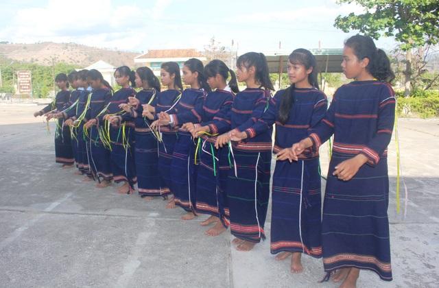 Những nữ học sinh vui tươi trong điệu xoang của dân tộc mình