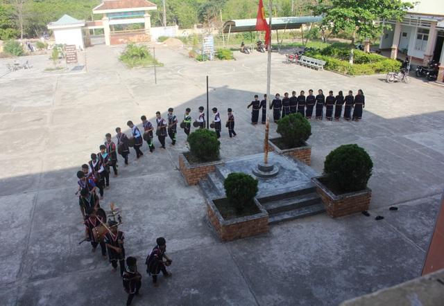 Vào những buổi chiều, trường THCS Dân tộc Nội trú huyện Ia Pa dạy cho các em tập những bài chiêng của dân tộc mình.