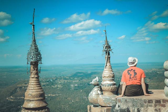 Khi đứng trên đỉnh Popa ngắm nhìn khung cảnh xung quanh, những âu lo muộn phiền dường như cùng những đám mây hờ hững trôi đi hết. Càng tận hưởng lâu càng cảm nhận rõ nét cái khung cảnh huyền ảo mà ít nơi nào ở Myanmar có được