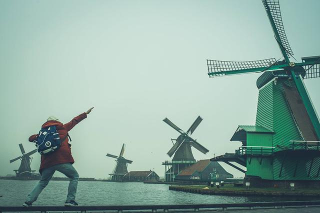 Zaanse Schans là một khu vực nhỏ của thị trấn Zaandam , gần Zaandijk trong khu đô thị Zaanstad, miền Bắc Hà Lan. Khu vực này nổi tiếng có một bộ sưu tập các cối xay gió lịch sử được quản tốt với những cối xay gió có từ thế kỷ 16 và lâu hơn nữa, trong đó có 35 cối xay gió khắp nơi ở Zaanstreek là các bảo tàng trong những năm 1970