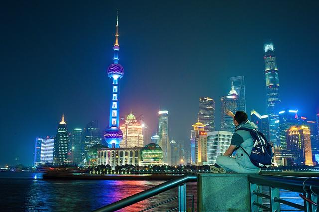 Xuất phát từ làng chài hẻo lánh, Thượng Hải đã trở thành thành phố quan trọng bậc nhất cho đến thế kỷ 20 và một thời từng là trung tâm tài chính lớn thứ 3 thế giới, chỉ xếp sau New York và London. Đây là thành phố lớn nhất Trung Quốc về dân số và có diện tích trên 6.340 km2.