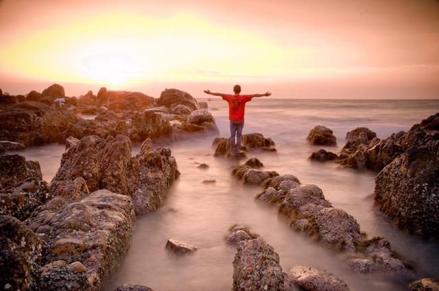 Để chụp được bức ảnh phơi sáng này, 12 h đêm Quyên lặn lội từ ngã ba Liên Hương để đi vào bãi đã Cổ Thạch, xã Bình Thạnh, huyện Tuy Phong, tỉnh Bình Thuận. Cảnh sắc Việt ngỡ tưởng nơi nao!