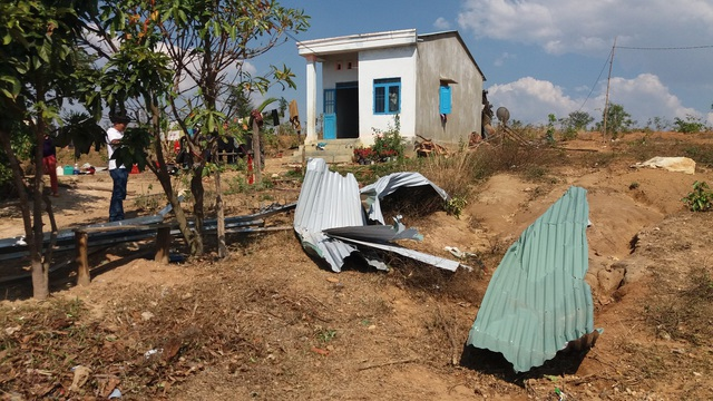Cơn lốc mạnh đã phá tan hoang nhiều căn nhà của người dân
