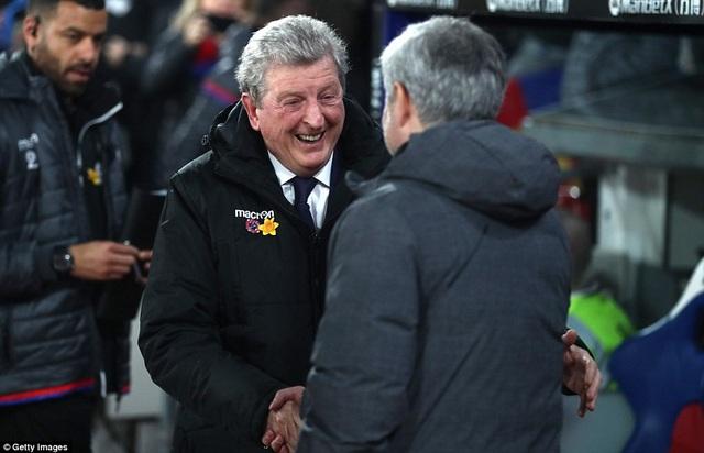 HLV Roy Hodgson (trái) và Jose Mourinho tay bắt mặt mừng trước trận đấu quan trọng. Cả hai đội bóng đều đang khát ba điểm, nhưng các HLV không vì thế mà tỏ ra căng thẳng.