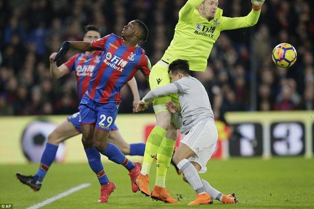Sanchez (phải) lĩnh trọn cái đầu gối của thủ thành Hennessy khi chốt chặn cuối cùng của Crystal Palace nhảy lên tranh bóng trong khi tiền đạo của MU ập vào