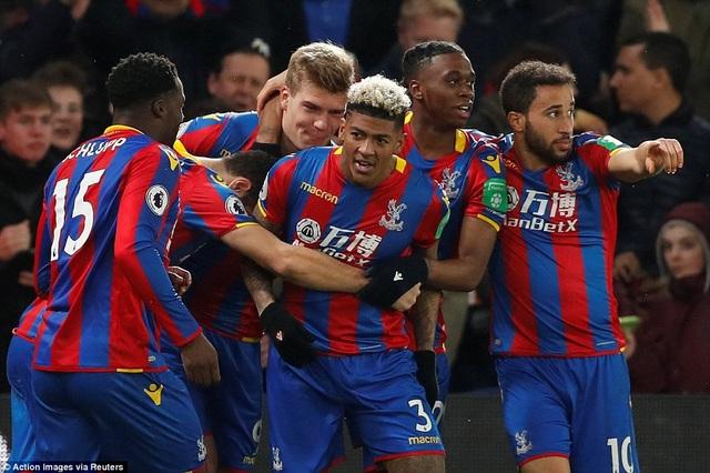Các cầu thủ Crystal Palace ăn mừng bàn thắng thứ hai. Sự tin quái của van Aanhol và Schlupp đã mang lại cho đội chủ nhà bàn thắng