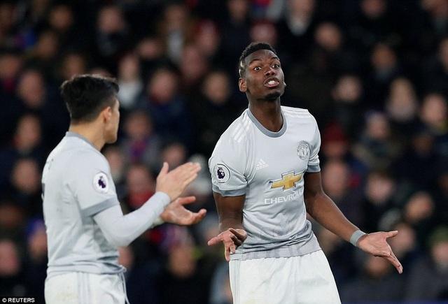 Sanchez (trái) cổ vũ Pogba trong khi tiền vệ người Pháp đang giải thích với một đồng đội khác