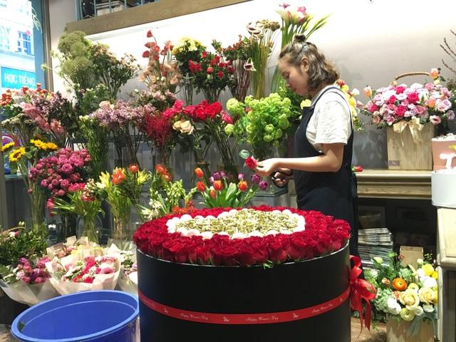 Từng bông hoa được cắt tỉa và xếp vào hộp