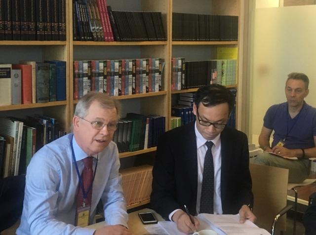 Đại sứ đặc trách Biến đổi Khí hậu toàn cầu của Thụy Điển Lars Ronnas (bên trái) trong cuộc trao đổi với báo chí tại Hà Nội ngày 6/3 (Ảnh: Đức Hoàng)