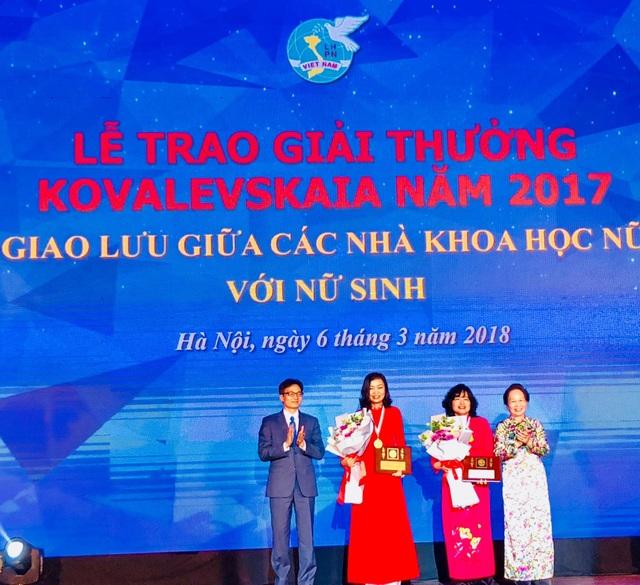 Phó Thủ tướng Vũ Đức Đam và GS.TS Nguyễn Thị Doan nguyên Phó Chủ tịch nước, Chủ tịch Hội Khuyến học Việt Nam, Chủ tịch UBGT Kovalevskaia trao giải thưởng tới 2 nhà khoa học nữ xuất sắc