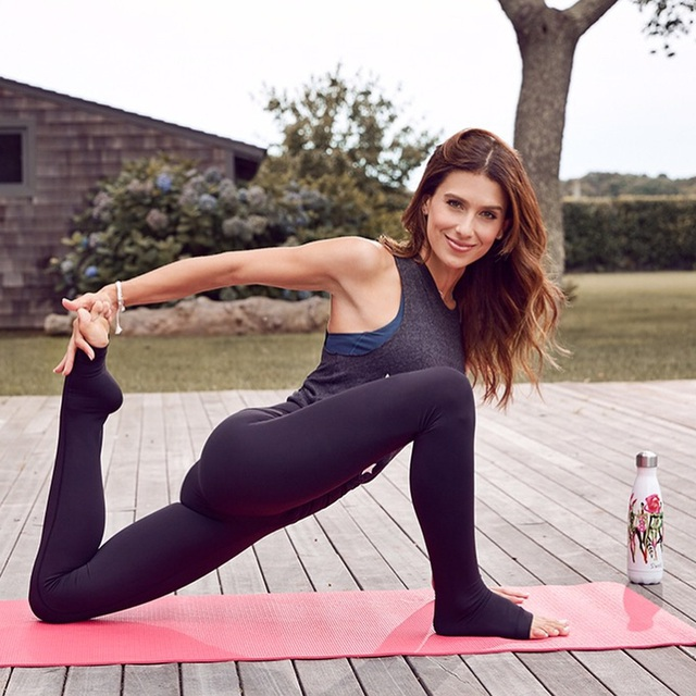 """""""Nữ hoàng yoga"""" Hilaria Baldwin mang thai lần bốn - 9"""