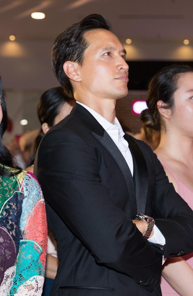Ở phía dưới, Kim Lý vẫn theo dõi chương trình và chứng kiến bạn gái dành nụ hôn cho MC Trấn Thành.