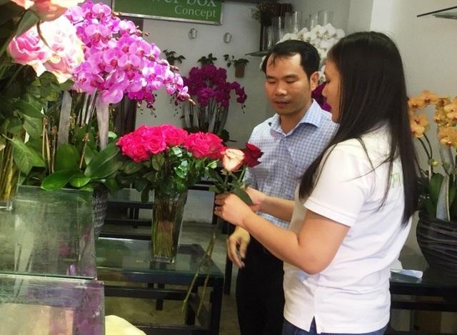 """Nhiều """"đấng mày râu"""" đã rục rịch đến các cửa hàng hoa tươi để chuẩn bị cho ngày 8/3"""