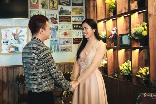 Khắc Việt với bạn gái trong MV.