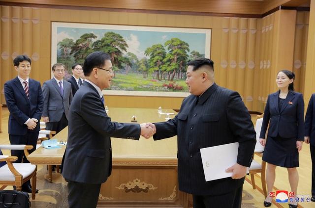 Ông Chung Eui-yong đã đích thân gửi bức thư của Tổng thống Moon Jae-in cho ông Kim Jong-un và nhà lãnh đạo Triều Tiên đã tiếp nhận bức thư này. Trước đó, trong chuyến thăm tới Hàn Quốc, bà Kim Yo-jong (góc phải) - em gái ông Kim Jong-un, cũng gửi thư của nhà lãnh đạo Triều Tiên cho Tổng thống Moon Jae-in. (Ảnh: KCNA)