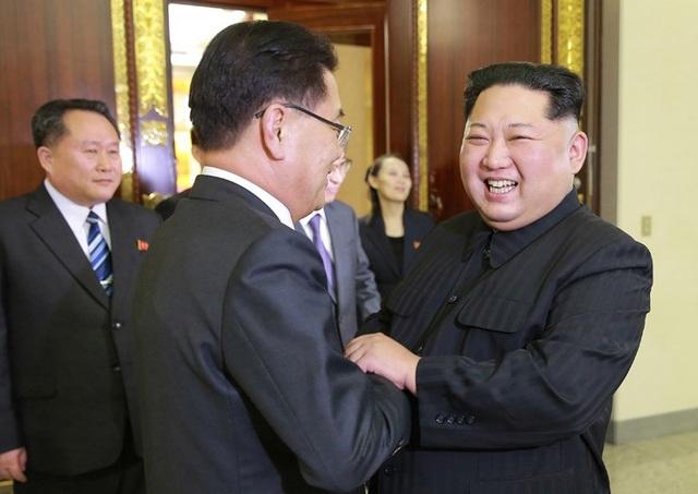 Trong 4 giờ đồng hồ, ông Kim Jong-un đã đón tiếp, hội đàm và ăn tối cùng phái đoàn Hàn Quốc. Trong ảnh: Ông Kim Jong-un tươi cười khi nắm tay ông Chung Eui-yong - trưởng phái đoàn quan chức Hàn Quốc tại Bình Nhưỡng. (Ảnh: KCNA)