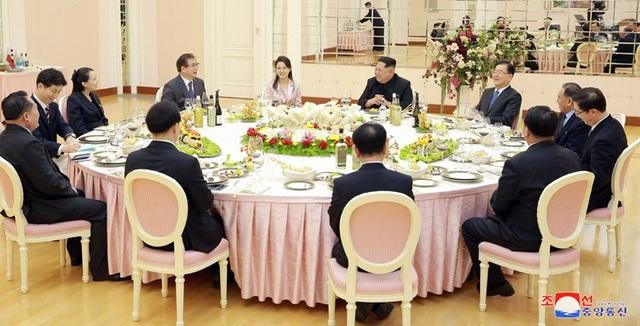 Nhà lãnh đạo Kim Jong-un và phu nhân Ri Sol-ju đã tổ chức bữa tiệc tối mời phái đoàn cấp cao Hàn Quốc. Một số quan chức cấp cao Triều Tiên cũng dự bữa tiệc này. (Ảnh: KCNA)