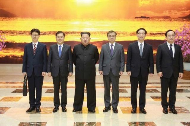 Đây là lần đầu tiên nhà lãnh đạo Kim Jong-un gặp các quan chức cấp cao Hàn Quốc kể từ khi ông lên nắm quyền tại Triều Tiên. Trong ảnh: Ông Kim Jong-un chụp ảnh cùng phái đoàn Hàn Quốc (Ảnh: KCNA)