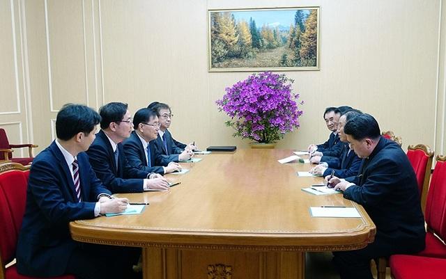 Phái đoàn quan chức cấp cao Hàn Quốc vào chiều qua 5/3 đã đặt chân tới sân bay quốc tế Sunan ở thủ đô Bình Nhưỡng của Triều Tiên. Phái đoàn gồm 10 thành viên, trong đó có 5 quan chức cấp cao là: lãnh đạo Cơ quan An ninh Quốc gia Hàn Quốc Chung Eui-yong, Giám đốc Cơ quan Tình báo Quốc gia Hàn Quốc (NIS) Suh Hoon, Thứ trưởng Bộ Thống nhất Chun Hae-sung, Phó Giám đốc NIS Kim Sang-gyun và quan chức cấp cao Văn phòng Tổng thống Hàn Quốc Yun Kun-young. Trong ảnh: Phái đoàn Hàn Quốc (trái) thảo luận với các quan chức Triều Tiên về lịch trình chuyến công tác sau khi đặt chân tới Triều Tiên. (Ảnh: Văn phòng Tổng thống Hàn Quốc)