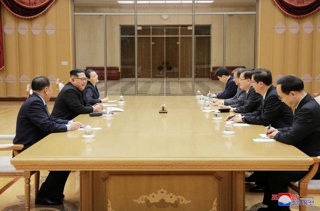 """Truyền thông Triều Tiên cho biết ông Kim Jong-un và các quan chức cấp cao Hàn Quốc đã thảo luận nhiều vấn đề, bao gồm khả năng tổ chức hội nghị thượng đỉnh liên Triều, và cả hai bên đã đạt được """"thỏa thuận hài lòng"""". Tuy nhiên thông tin chi tiết về kết quả cuộc gặp chưa được công bố. (Ảnh: KCNA)"""