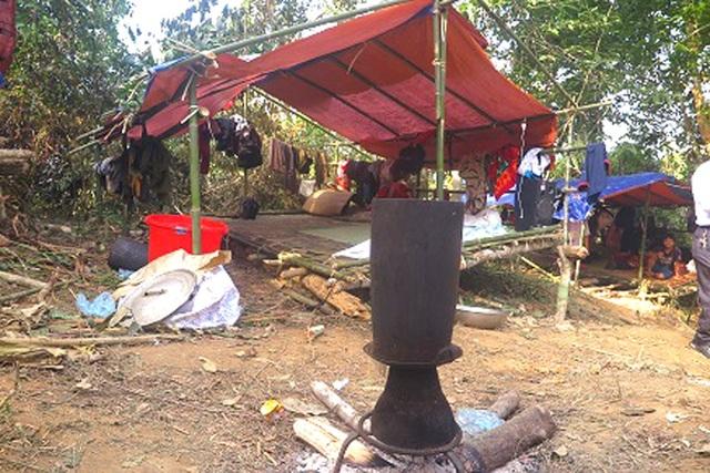 Những bếp tạm được bố trí ngoài trời,… để nấu ăn qua ngày.