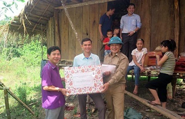 Ông Vi Tân Hợi - Phó Chủ tịch HĐND huyện Tương Dương - người luôn có mặt trong những lần đào đường liên bản. Thay mặt đoàn công tác của Huyện ủy, HĐND, UBND huyện đã đến thăm động viên, trao quà cho nhân dân và cán bộ xã Hữu Khuông đang tham gia chiến dịch giao thông năm 2018.