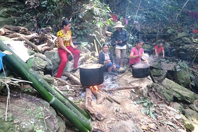 """Mỗi bản chia thành các tổ. Tổ thi đào đường và tổ """"anh nuôi"""" từ 4-5 người, có nhiệm vụ nấu ăn và tiếp nước cho những người đào đường trên công trường."""