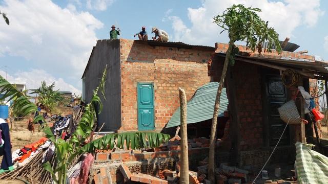 Người dân đang tự sửa chữa nhà bị tốc mái