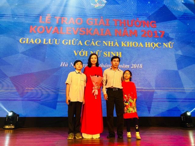 PGS.TS. Trần Vân Khánh với gia đình của mình trong lễ trao giải thưởng