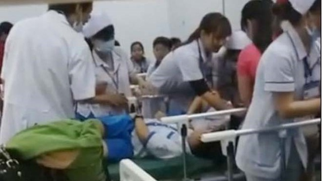 Học sinh cấp cứu tại bệnh viện đa khoa huyện Tân Phú, Đồng Nai. (Nguồn: TTVH)