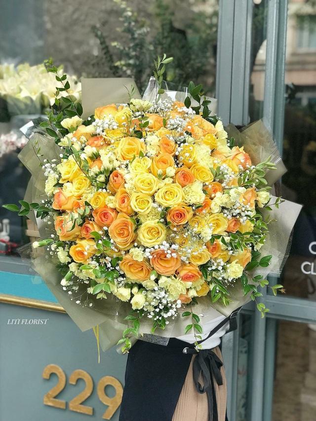 Những bó hoa với hơn 100 bông hồng nhập khẩu cùng nhiều hoa đi kèm có giá trung bình 14 triệu đồng/bó.