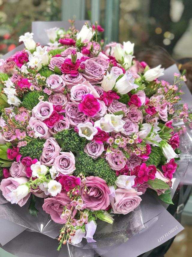 Mỗi dịp lễ như vậy, các cửa hàng hoa nhập khẩu tiếp nhận tới cả chục đơn hàng khủng gần 20 triệu đồng/bó. Người nhận không nhất thiết là người yêu hay vợ mà còn có thể là đối tác làm ăn.