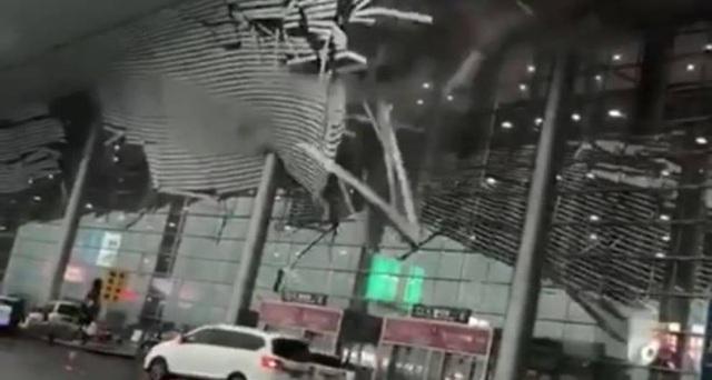 Mái che tại sân bay bị gió xé toạc. (Ảnh: SCMP)