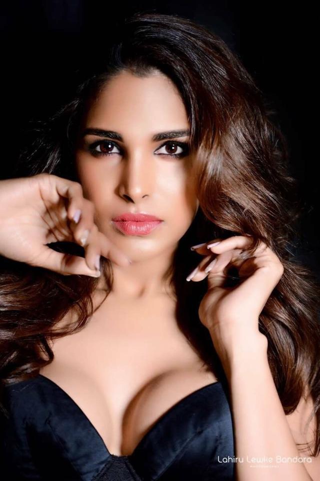 Hoa hậu Chuyển giới Sri Lanka - Noel Tokuhisa định vị mình là hình ảnh của một thiên thần nóng bỏng.