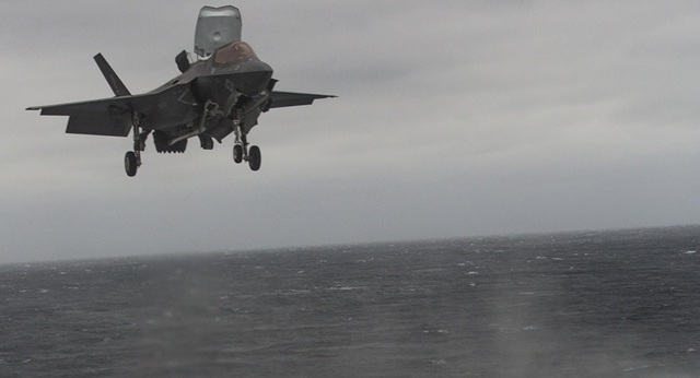 Máy bay F-35B hạ cánh xuống tàu sân bay USS Wasp. (Ảnh: Sputnik)