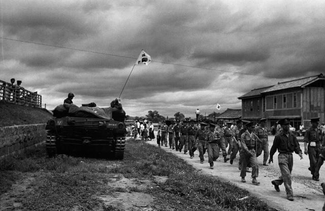 Các binh sĩ Hàn Quốc đi qua xe tăng của Mỹ trong chiến tranh Triều Tiên. (Ảnh: Getty)