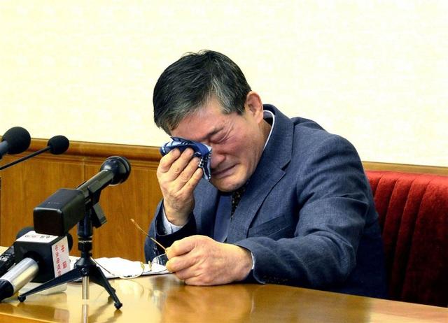 Ông Kim Dong-chul, một trong số các công dân Mỹ bị Triều Tiên bắt giữ, bật khóc trong cuộc họp báo tại Bình Nhưỡng (Ảnh: AFP)